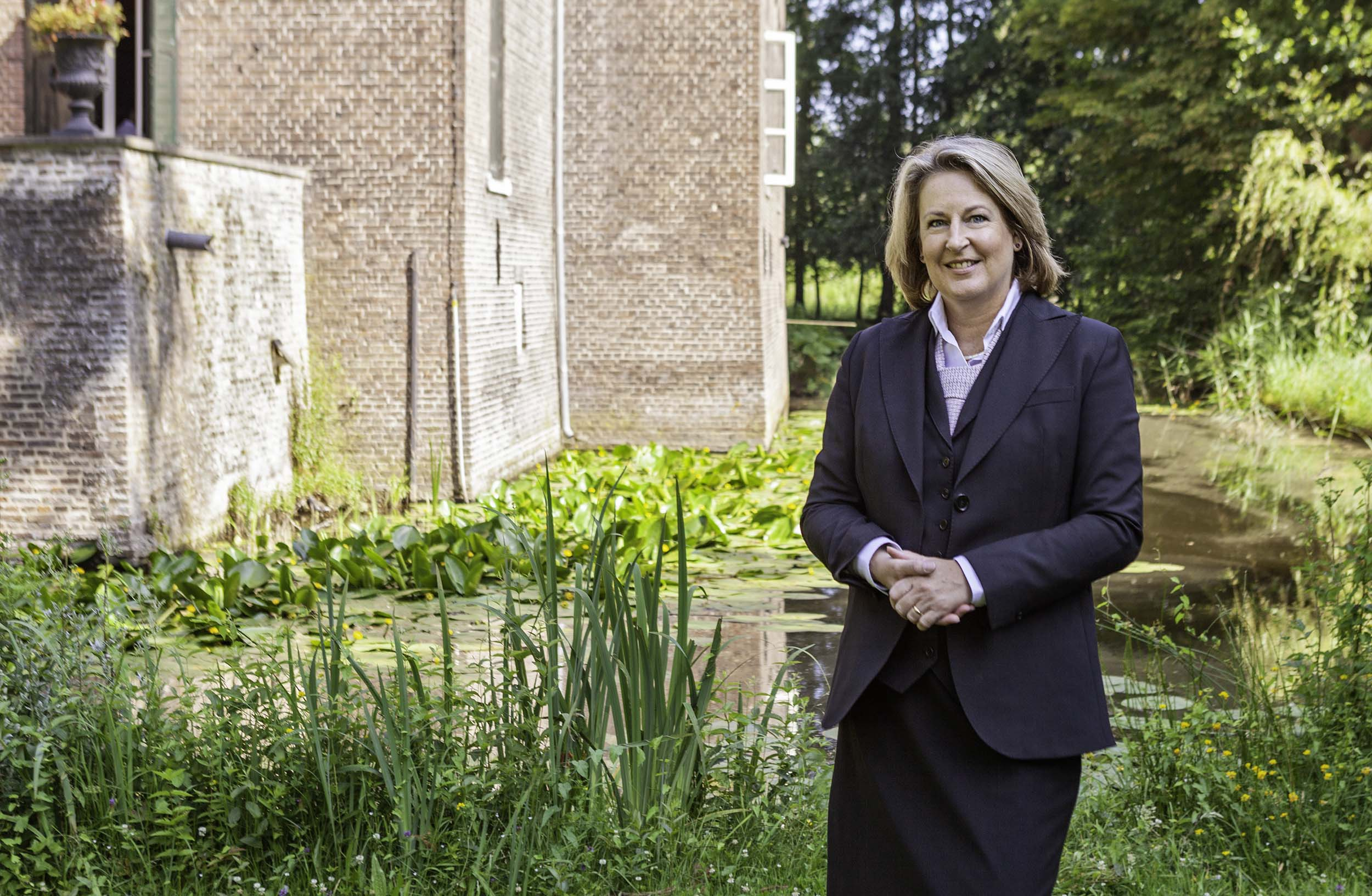 Mevrouw F. van Helvoort